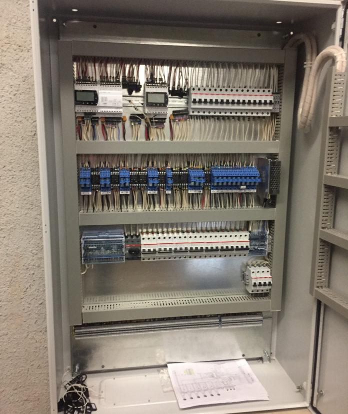 Шкаф управления приточной вентиляцией с водяным нагревателем и водяным охладителем